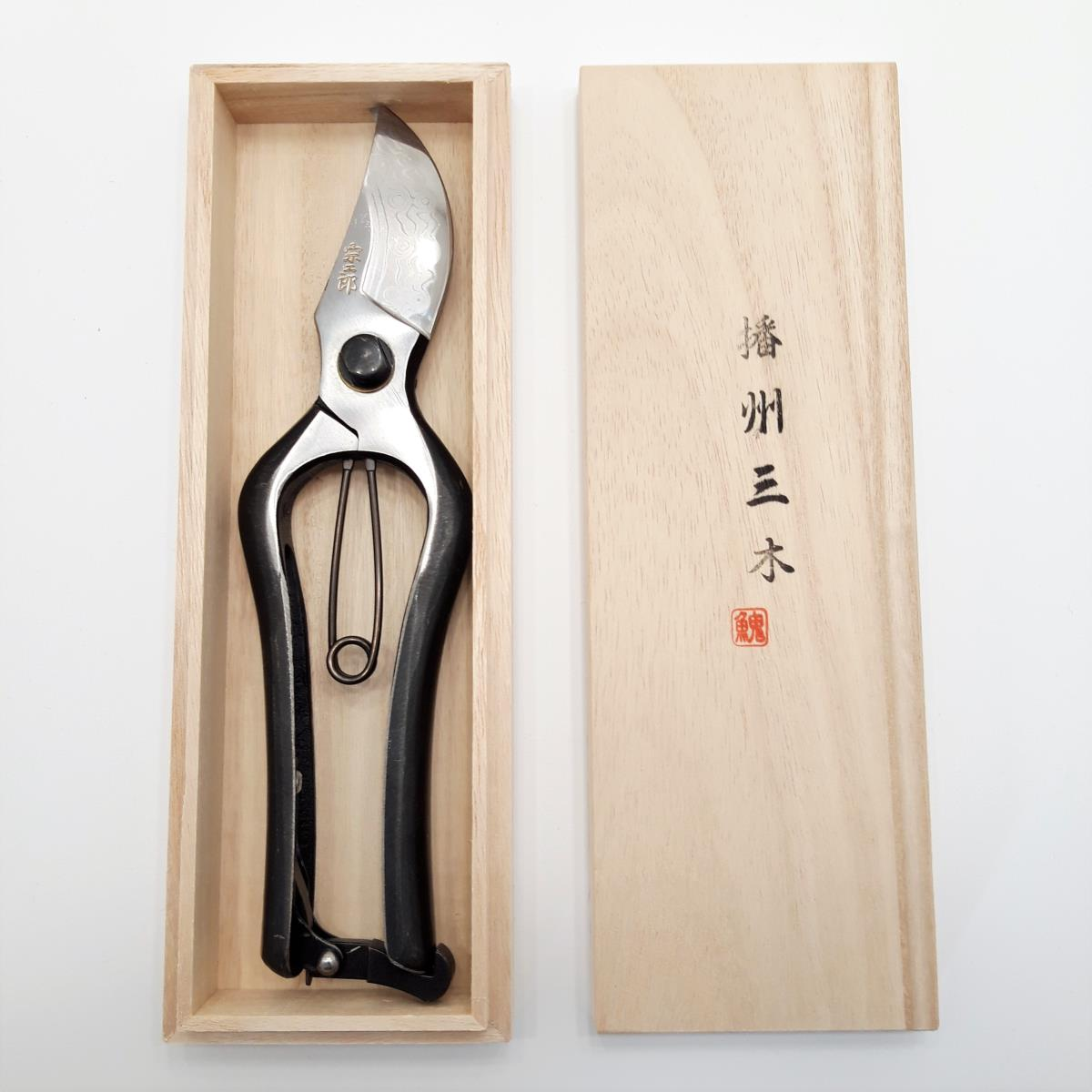 Japanese pruner in damascus carbon steel